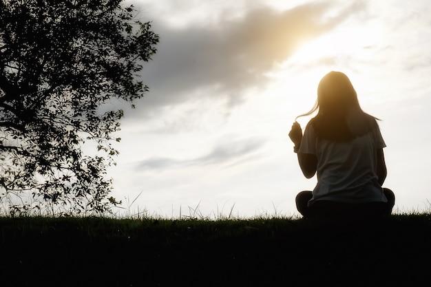 Eenzaamheid kopiëren vrouwen verdriet casual eenzaam Gratis Foto