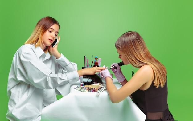 Eerste klant. meisje droomt van beroep van nagelskunstenaar. jeugd, planning, onderwijs, droomconcept. Gratis Foto
