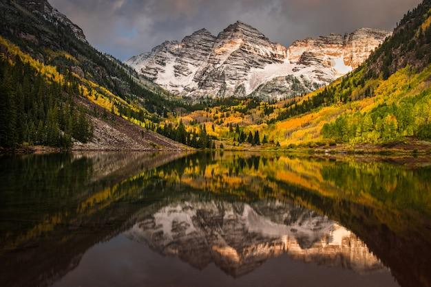 Eerste ochtendlicht rakend rockie-berg bij kastanjebruine klok Premium Foto