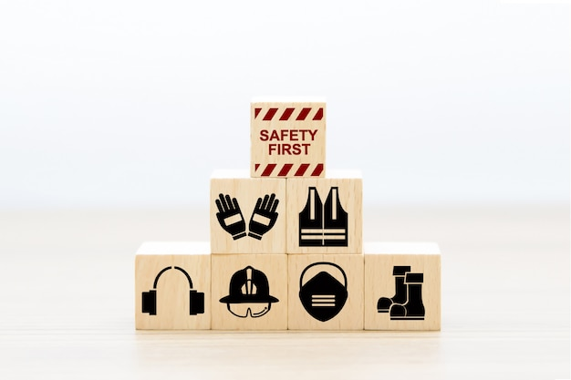 Eerste veiligheidspictogrammen bij het stapelen van houtblokken. Premium Foto