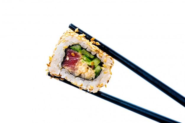 Eetstokjes met sushi geïsoleerd Premium Foto