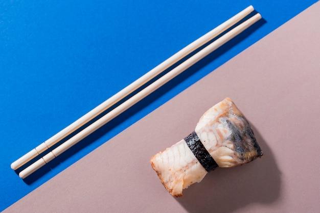Eetstokjes met sushi rolt Gratis Foto