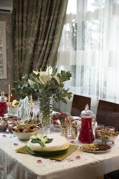Eettafel met maaltijden en decoratieve bloemen hoge hoek uitzicht in een kamer Gratis Foto