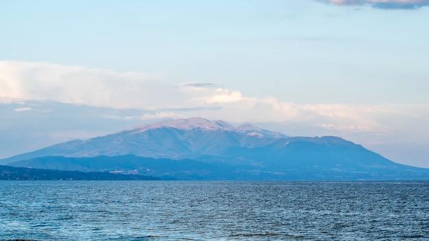 Egeïsche zee en een berg zichtbaar in de verte in griekenland Gratis Foto