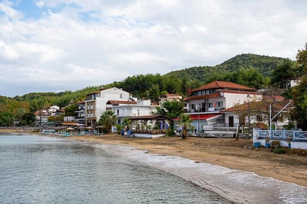 Egeïsche zee kosten, parasols en ligbedden op het strand Gratis Foto