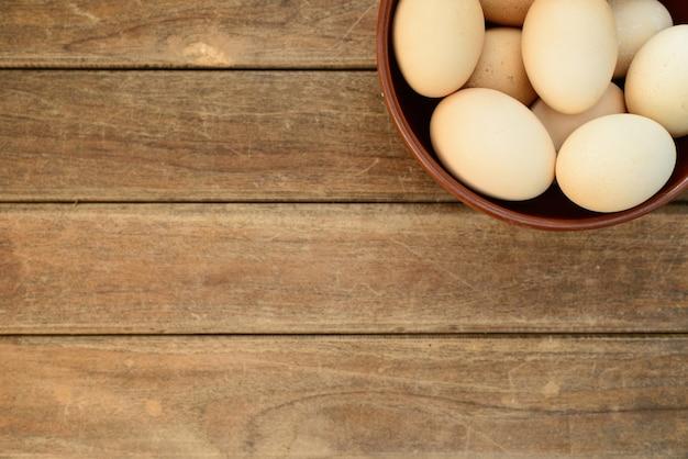 Ei in schotel op oude houten tafel achtergrond foto gratis download