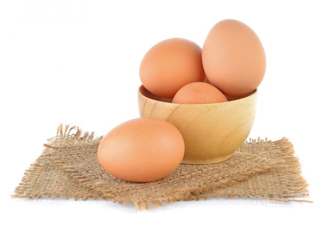 Eieren geïsoleerd op wit Premium Foto
