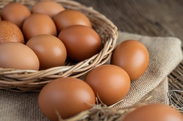 Eieren op de zakken, hennep op de houten en stro Gratis Foto