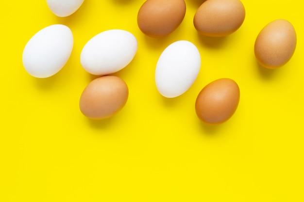 Eieren op geel. Premium Foto