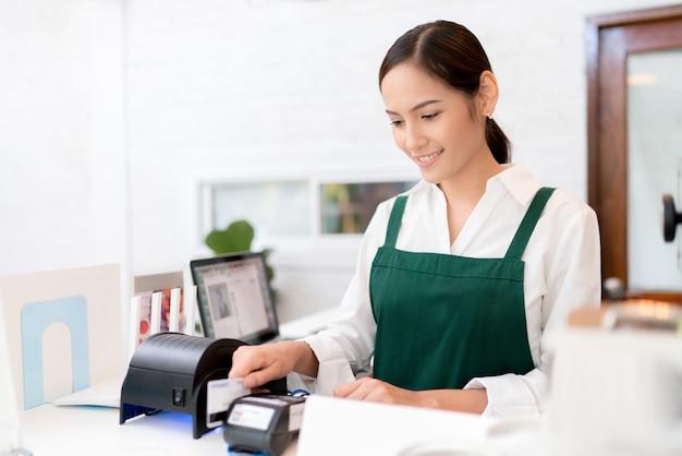 Eigenaren creditcard wordt gebruikt om te betalen voor eten en koffie. Premium Foto