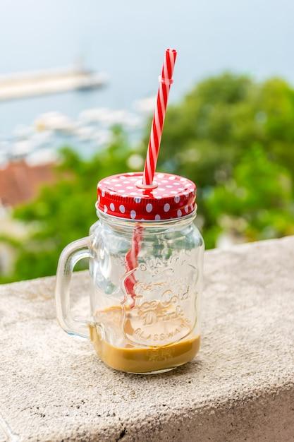 Eigenaren van restaurants bieden hun bezoekers ongewone drankjes voor koeling. Premium Foto