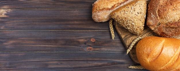 Eigengemaakt brood van tarwebrood dat op houten achtergrond wordt gebakken. Premium Foto