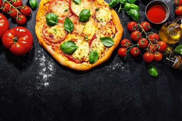 Eigengemaakte pizza met mozarella op donkere achtergrond Gratis Foto