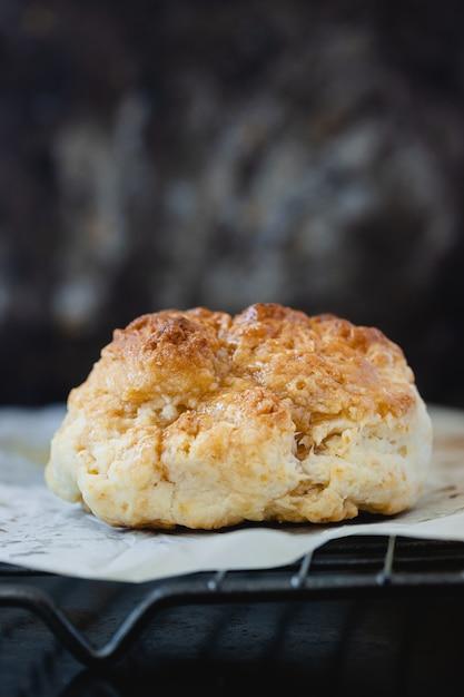 Eigengemaakte zoete sconeswhit honing op ovenrek op lichte oppervlakte. kopieer ruimte. Premium Foto