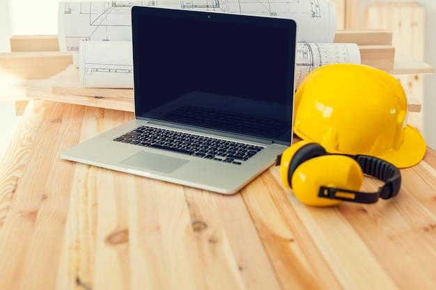 Eigentijdse laptop op plaatswerk voor bouwvakker Gratis Foto