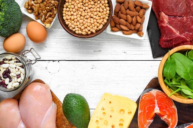 Eiwitrijk voedsel - vis, vlees, gevogelte, noten, eieren en groenten. gezond eten en dieet concept Premium Foto