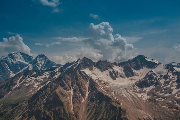 Elbrus, bergen in de zomer. grotere bergen van de kaukasus vanaf mount elbrus Premium Foto