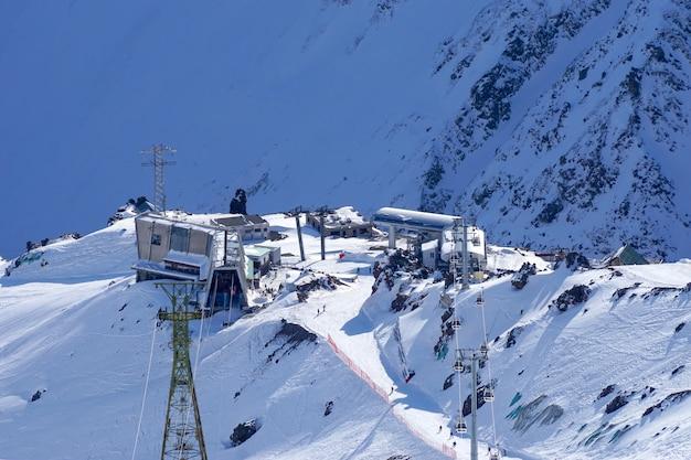 Elbrus-regio. uitzicht vanaf de top van mount elbrus naar mir noord-kaukasus station in rusland Premium Foto