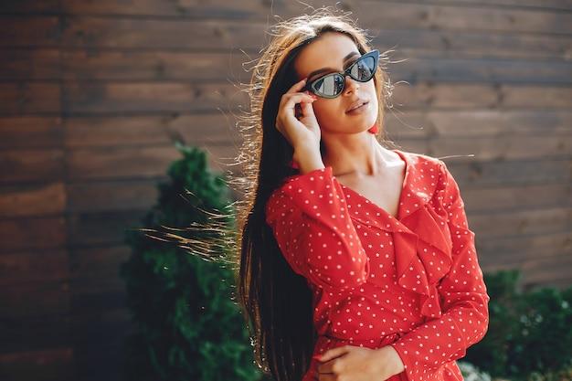 Elegant brunette in een de zomerstad Gratis Foto