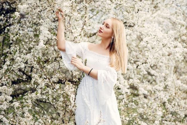 Elegant en modieus meisje in een de lentepark Gratis Foto
