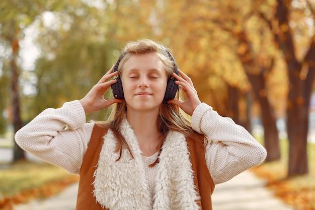 Elegant en stijlvol meisje in een herfst park Gratis Foto