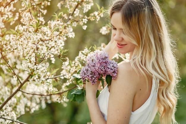 Elegant en stijlvol meisje in een lentepark Gratis Foto
