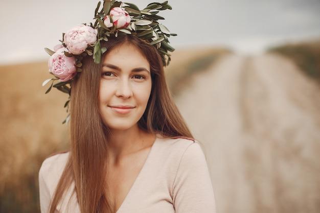Elegant en stijlvol meisje in een zomer veld Gratis Foto