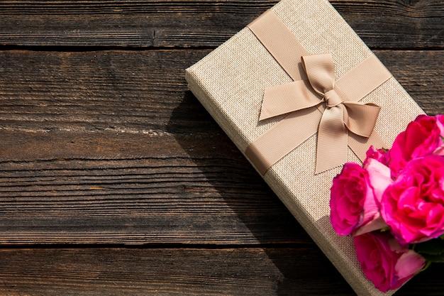 Elegant geschenk en bloem met kopie ruimte Gratis Foto