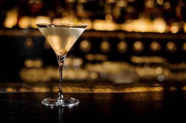 Elegant glas gevuld met lekkere en frisse vuile cocktaildrank Premium Foto
