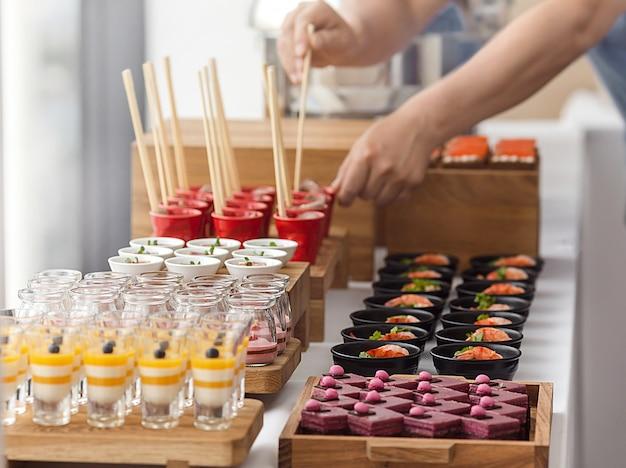 Elegant kleurrijk dessertbuffet Premium Foto