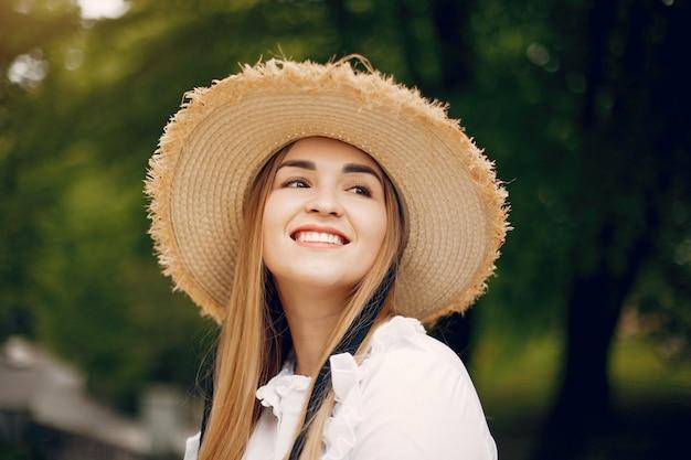 Elegant meisje in een de lentepark Gratis Foto