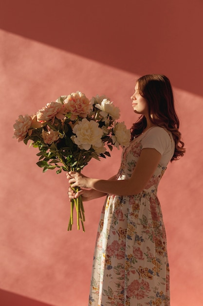 Elegant mooi de bloemboeket van de vrouwenholding Gratis Foto