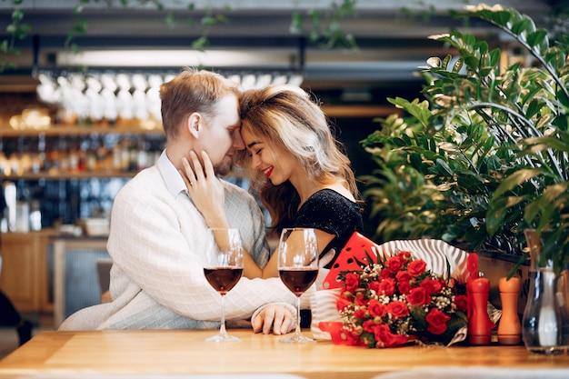 Elegant paar brengt tijd door in een restaurant Gratis Foto