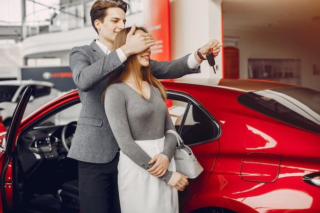 Elegant paar in een autosalon Gratis Foto