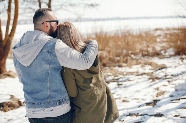 Elegant paar in een de winterpark Gratis Foto