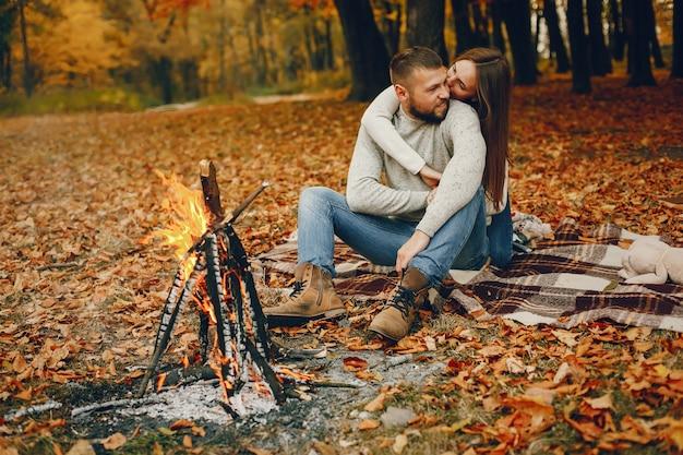 Elegant paar tijd doorbrengen in een herfst park Gratis Foto