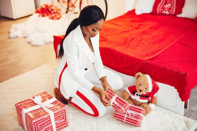 Elegant zwart meisje in de kerstversiering Gratis Foto
