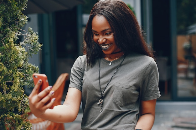 Elegant zwart meisje in een de zomerstad Gratis Foto