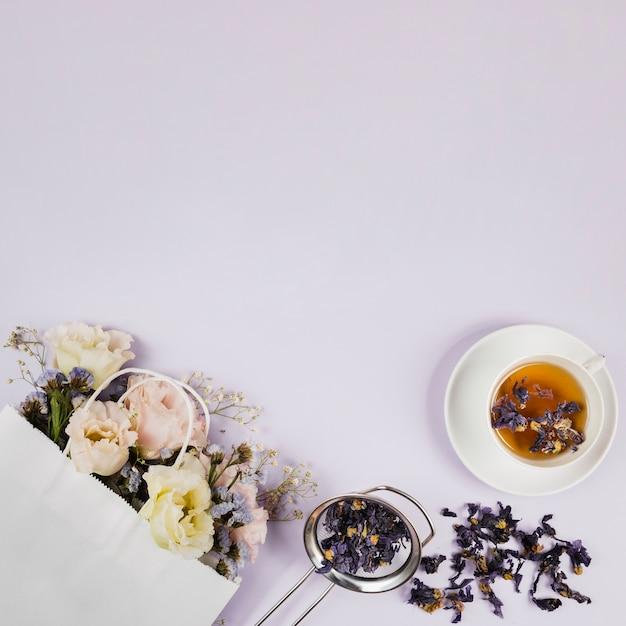 Elegante bloemen en theekruiden Gratis Foto