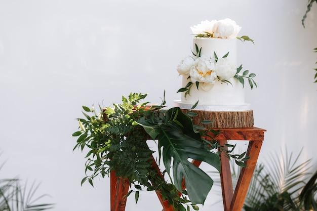 Elegante bruidstaart met bloemen en vetplanten Premium Foto