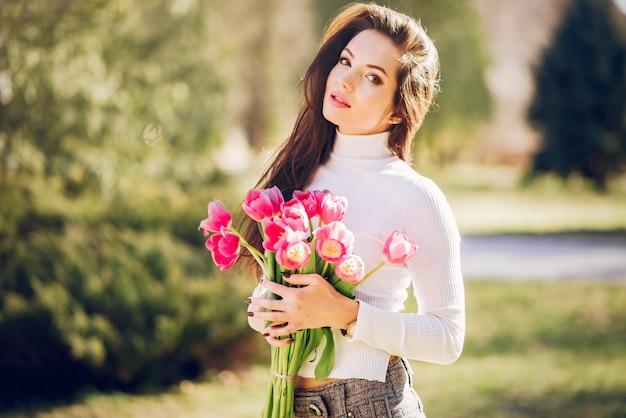 Elegante brunette in een de zomerpark Gratis Foto