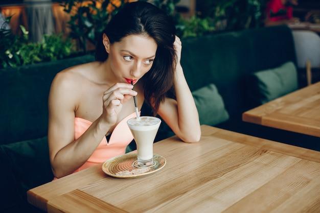 Elegante dame met koffie Gratis Foto