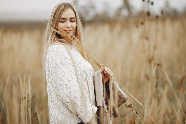 Elegante en stijlvolle meisje in een herfst fiels Gratis Foto