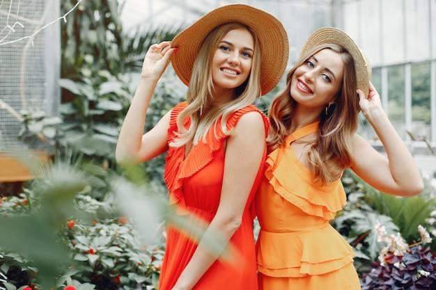 Elegante en stijlvolle meisjes in een kas Gratis Foto
