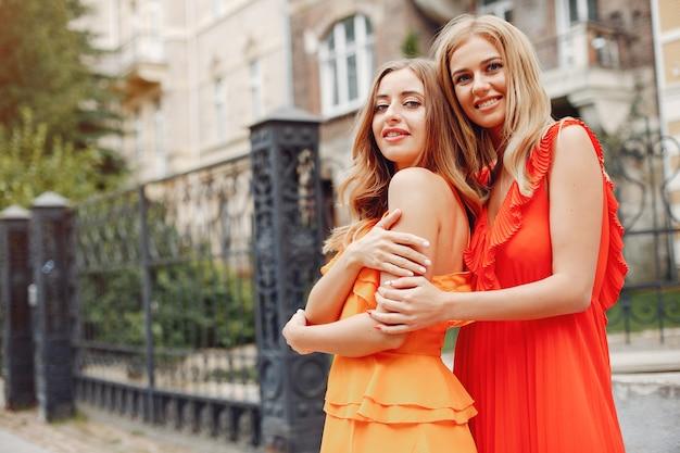 Elegante en stijlvolle meisjes in een zomerse stad Gratis Foto