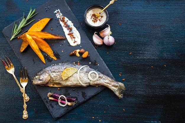 Elegante gezonde voedselsamenstelling met vis Gratis Foto