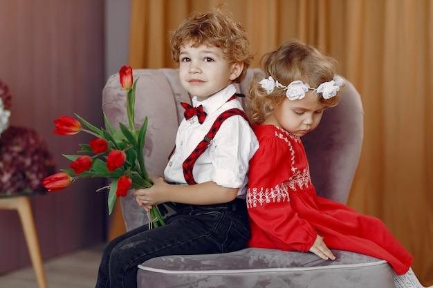 Elegante kleine kinderen met boeket van tulp Gratis Foto
