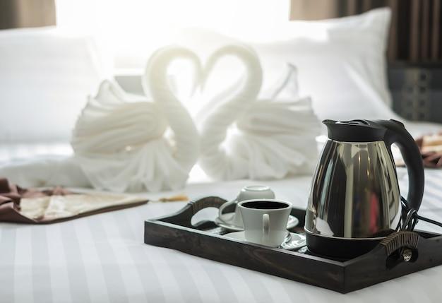 Elegante koffiekopje ingesteld op houten trey in moderne slaapkamer