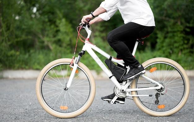 Elegante mannelijke fietsten buitenshuis Gratis Foto
