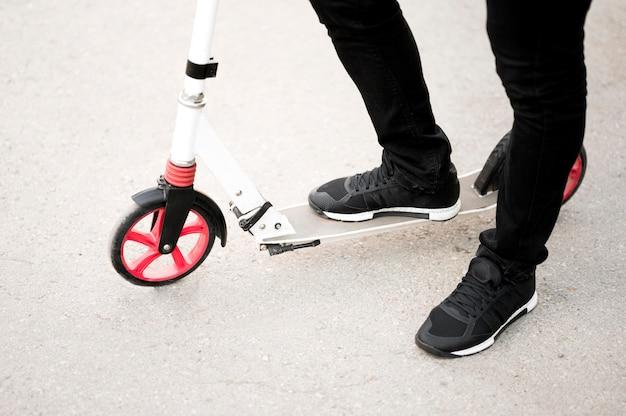 Elegante mannelijke paardrijden scooter buitenshuis Gratis Foto